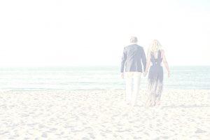 bruidspaar op het strand achtergrond