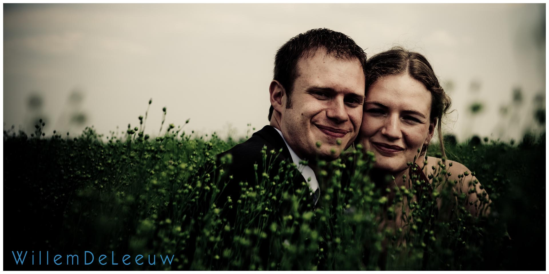 bruidsfoto in het veld