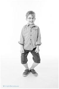 portet van grappige jongen in de studio willemdeleeuw