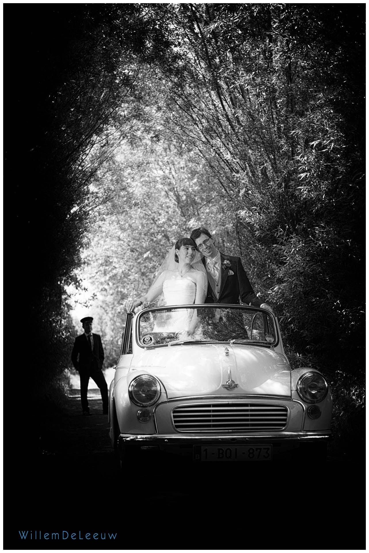 zwart wit huwelijksfoto met oldtimer
