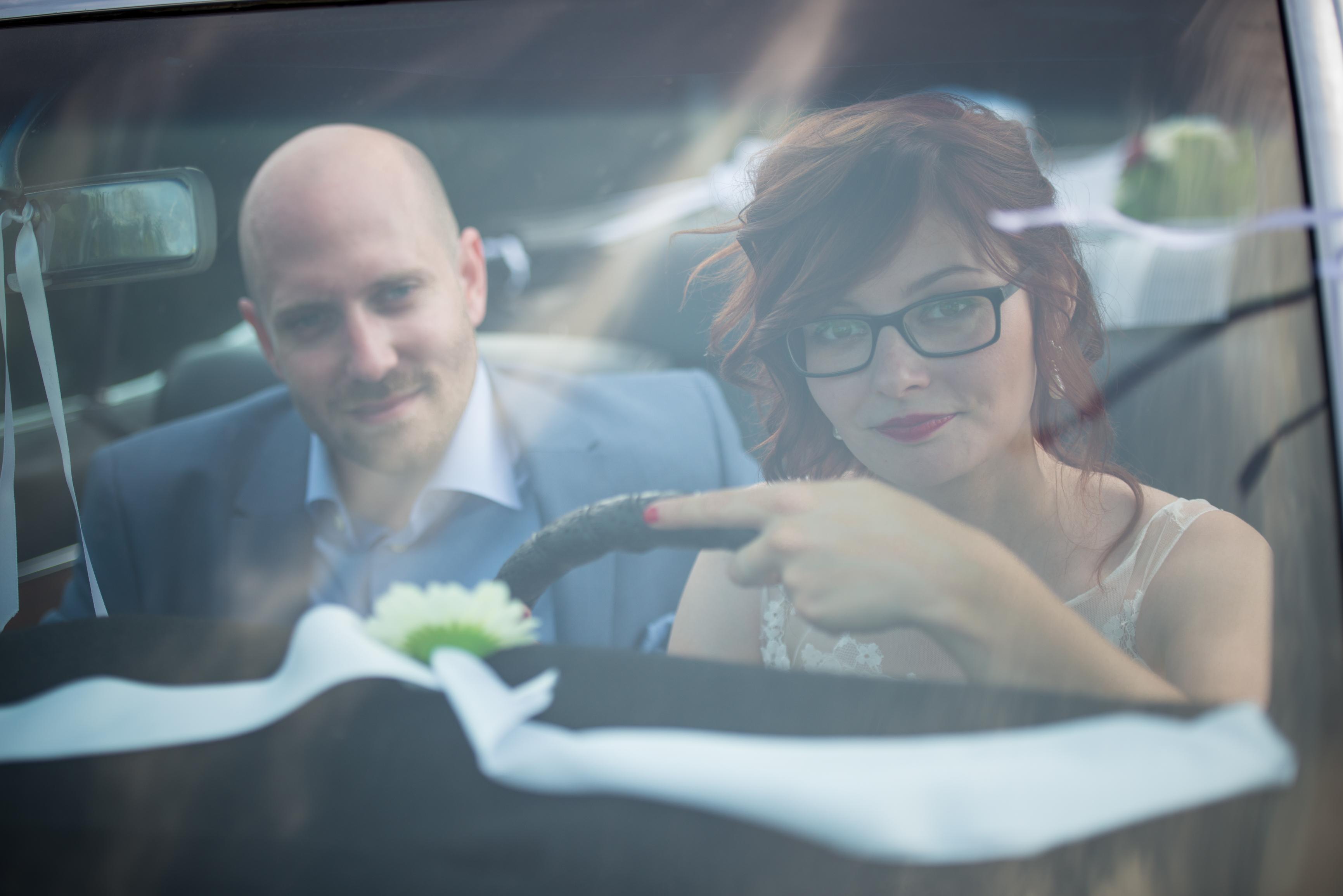 coole bruid in oldtimer Willem De Leeuw trouwreportage