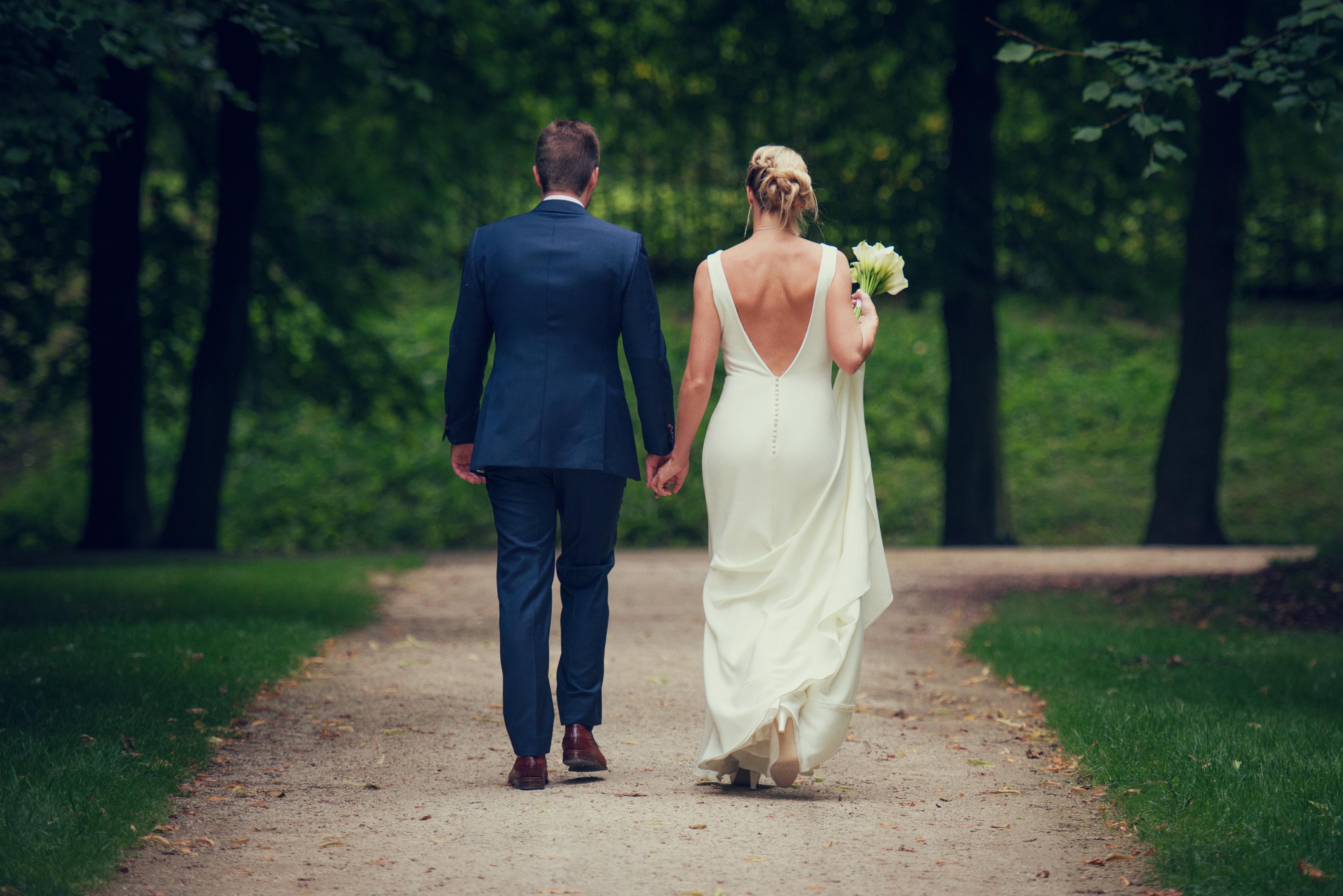 wandelend bruidspaar Willem De Leeuw bruidsfotografie