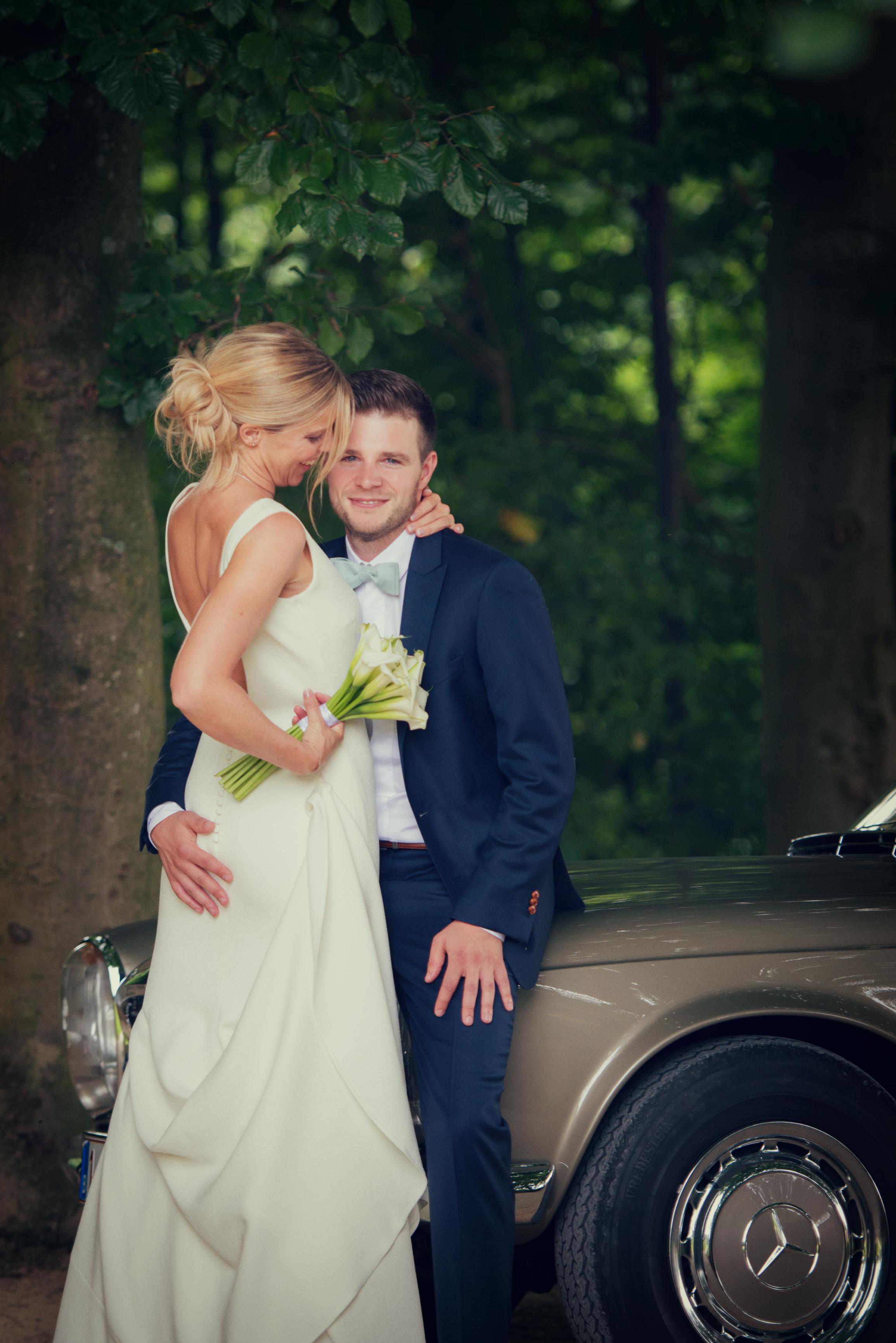 huwelijksfoto met oldtimer Willem De Leeuw bruidsfotografie