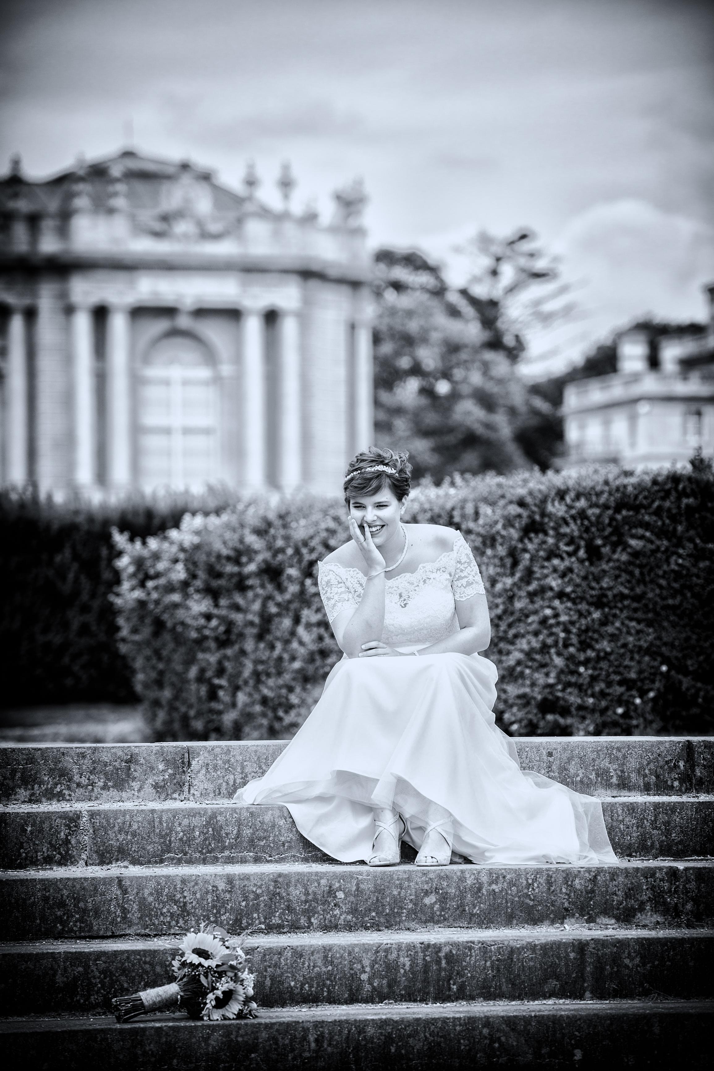bruid op trap aan museum Afrika Willem De Leeuw bruidsfotografie