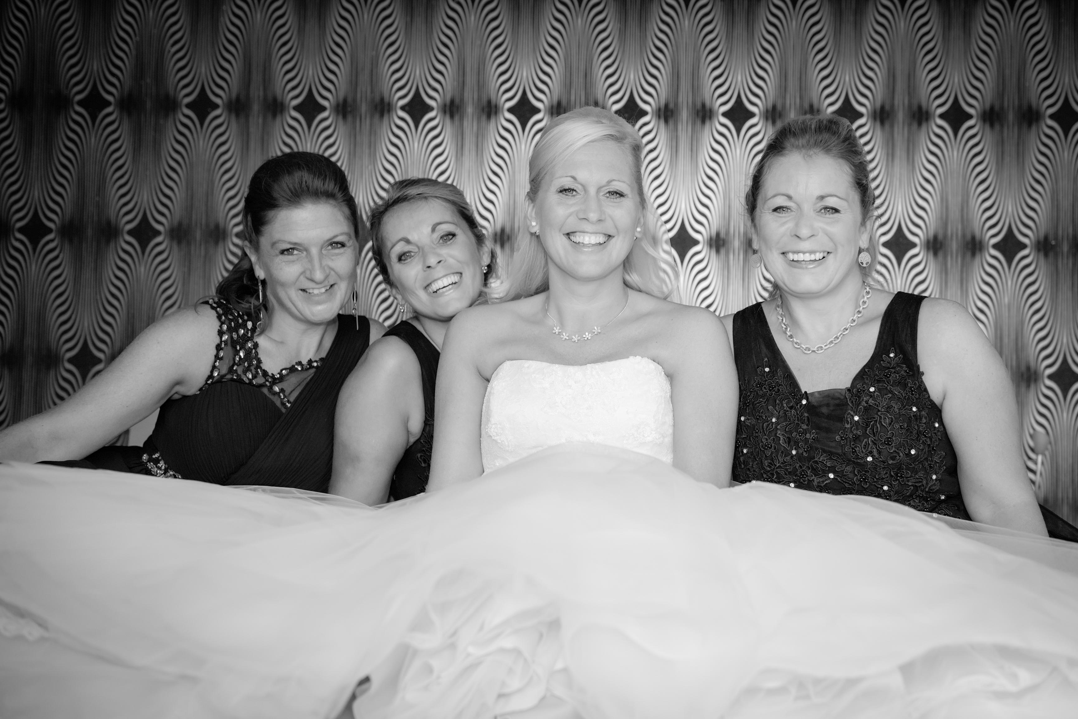 Bruid met haar getuigen Willem De Leeuw bruidsfotografie